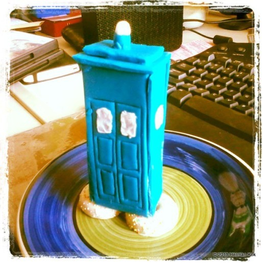 Mini-TARDIS cake