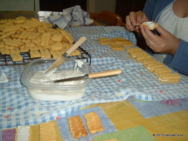 Icing custard cookies